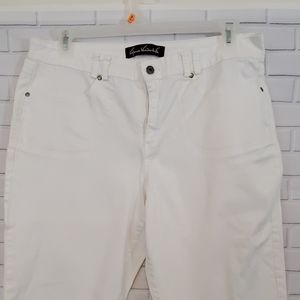 Gloria Vanderbilt white capri pants